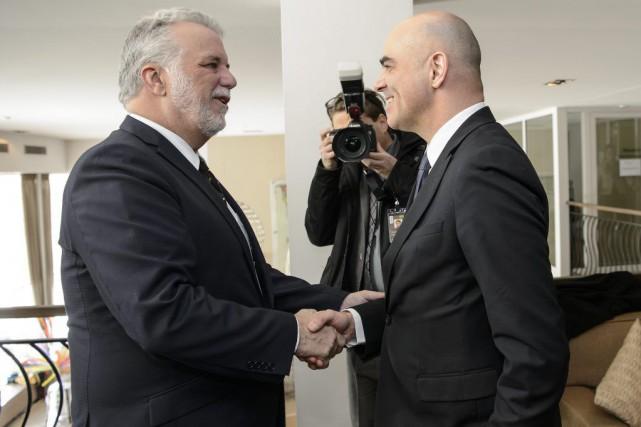 Le premier ministre Couillard serre la main du... (Jean-Christophe Bott, AP)