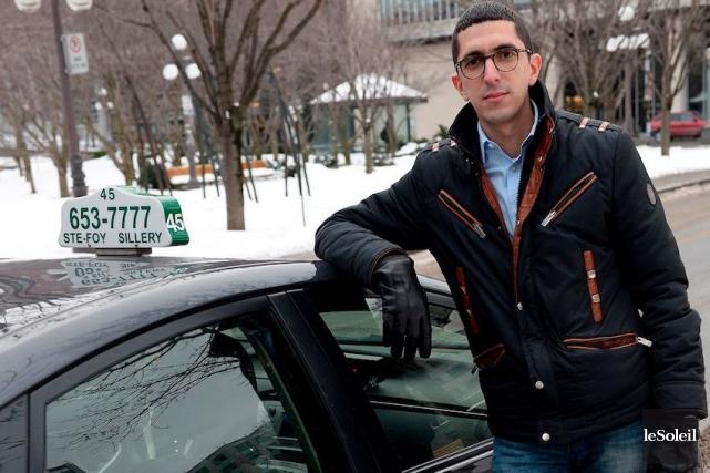 Hicham Berouel, propriétaire de sixpermis de taxi, prépare... (PHOTO ERICK LABBÉ, ARCHIVES LE SOLEIL)