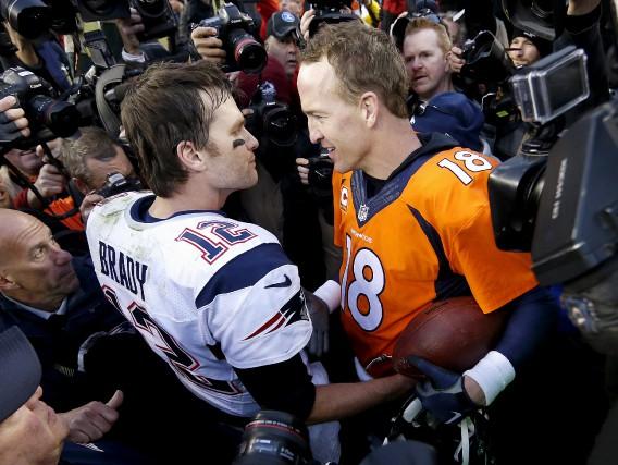 Tom Brady et Peyton Manning se sont échangé... (AP, David Zalubowski)