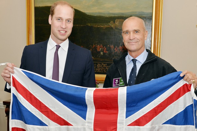 Henry Worsley (à droite) en compagnie du prince... (PHOTO  JOHN STILLWEL, ARCHIVES AFP)