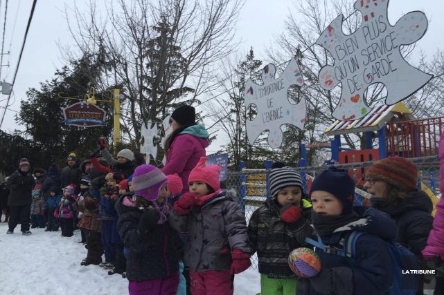 Une chaîne humaine regroupant les enfants, les parents... (La Tribune, René-Charles Quirion)