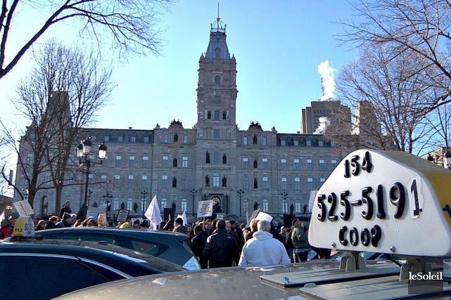 Environ 150 des 500 chauffeurs de taxi de la ville de Québec ont décidé lundi... (Le Soleil, Frédéric Matte)