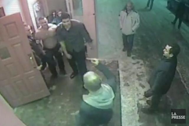 Deux portiers ont commencé à subir leur procès pour avoir battu six clients du... (Images tirées des films des caméras de surveillance)