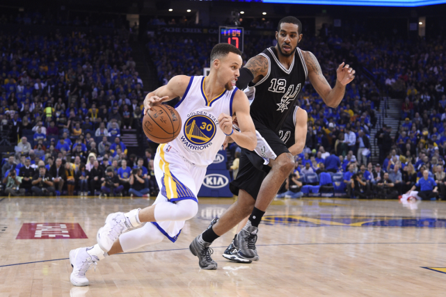 Stephen Curry (à gauche) a inscrit 37 points... (Photo Kyle Terada, USA Today)