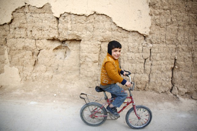 Un jeune garçon fait du vélo à Hazeh,... (PHOTO ABD DOUMANY, ARCHIVES AFP)