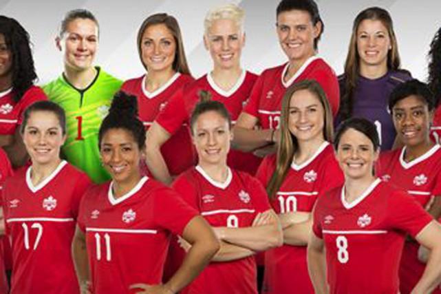 Josée Bélanger et quelques joueuses de l'équipe canadienne.... (Photo fournie)