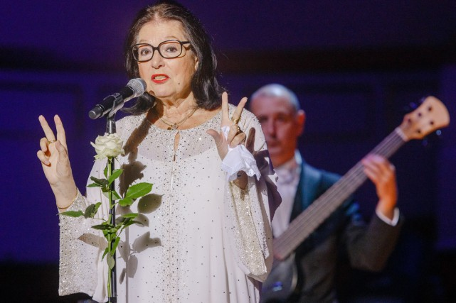 Nana Mouskouri en spectacle à Hambourg en 2014.... (PHOTO ARCHIVES AP)