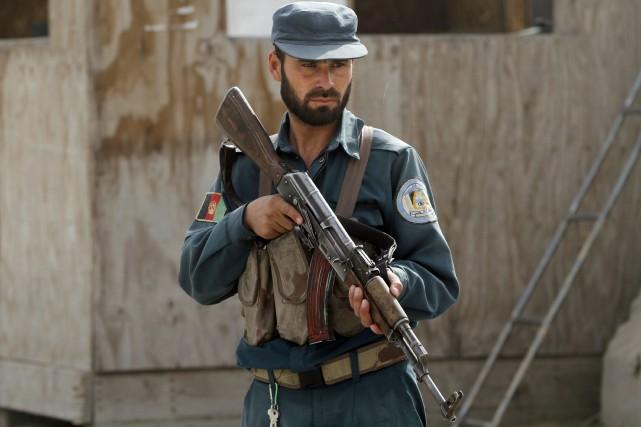 Un policier afghan mène la garde à un... (Photo Allauddin Khan, AP)