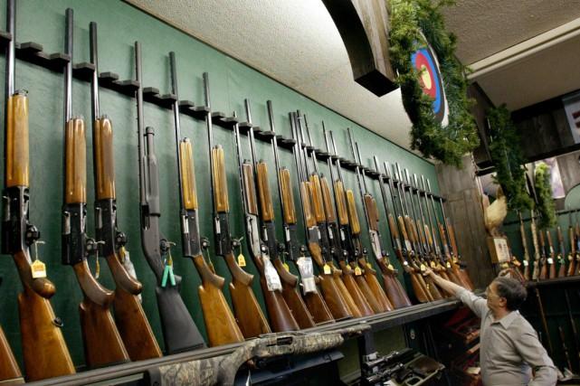 Carabines etfusilsde chasse sur un présentoir dans un... (Archvies La Presse Canadienne)