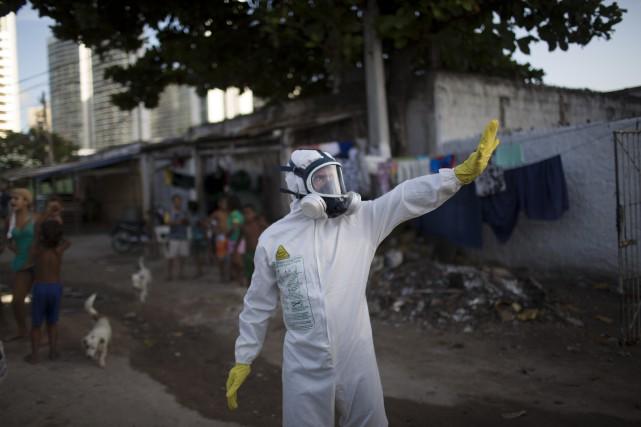 Un employé municipal combat les moustiques au Brésil.... (Associated Press, Felipe Dana)