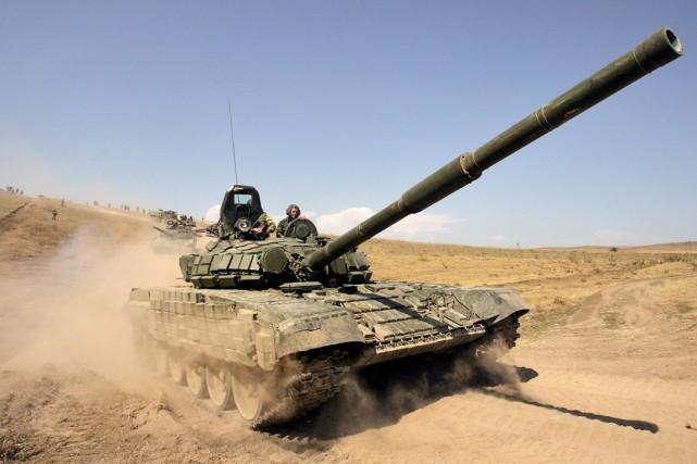 Une colonne de chars russe quitte le territoire... (PHOTO DMITRY KOSTYUKOV, ARCHIVES AFP)
