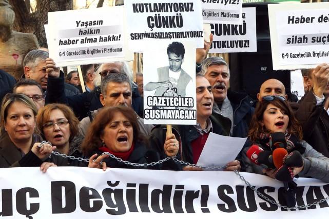 Des journalistes turcs manifestent pour réclamer la libération... (PHOTO ADEM ALTAN, ARCHIVES AFP)