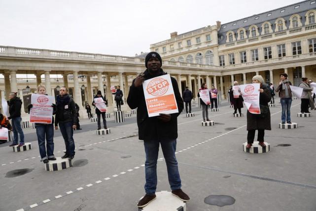 Des activistes manifestent dans le Jardin du Palais... (PHOTO BERTRAND GUAY, AFP)