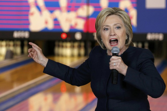 À Adel mercredi matin, Hillary Clinton a porté... (PHOTO JIM BOURG, REUTERS)