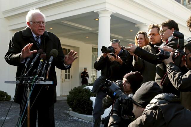 Bernie Sanders a été assailli par les journalistes... (PHOTO REUTERS)