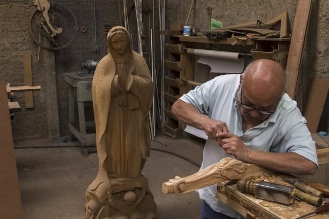 Un ébéniste travaillant à l'une des chaisesconfectionnées pour... (AFP, Hector Guerrero)