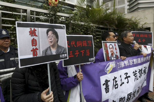 Des manifestants brandissent à Hong Kong les portraits de... (PHOTO BOBBY YIP, ARCHIVES REUTERS)