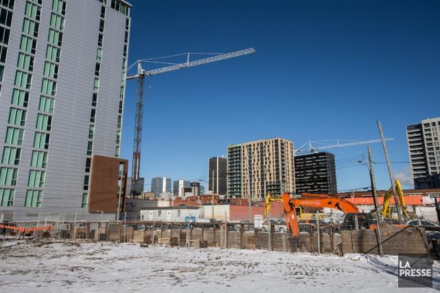 Malgré un marché immobilier plus modéré, les tours... (PHOTO OLIVIER PONTBRIAND, LA PRESSE)