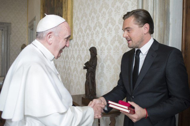 Le pape François serre la main de Leonardo... (PHOTO AFP)