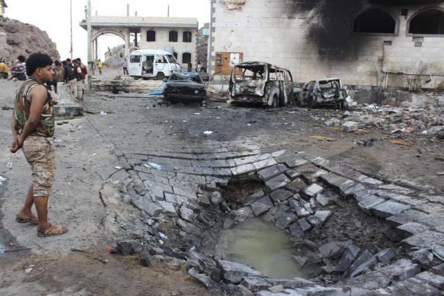 Un kamikaze a fait exploser sa voiture à... (PHOTO SALEH AL-OBEIDI, AFP)