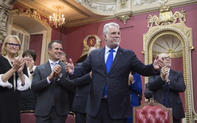Le premier ministre Philippe Couillard se tient debout... (Photo Jacques Boissinot, La Presse Canadienne)