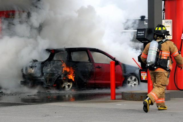 L'incendie s'est déclaré sous le véhicule.... (Photo collaboration spéciale Éric Beaupré)