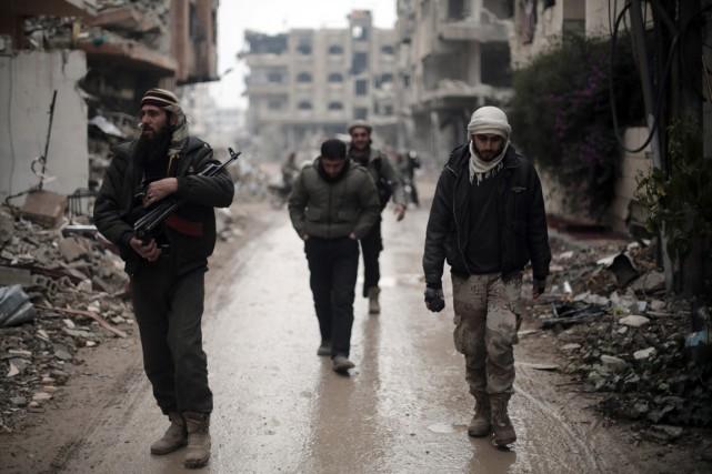 Des rebelles syriens à Jobar, à l'est de... (PHOTO AMER ALMOHIBANY, AFP)