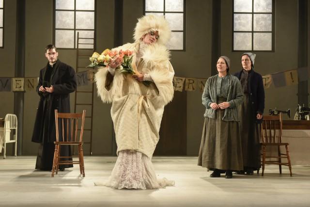 Anne-Marie Cadieux (à l'avant-plan) interprète Sarah Bernhardt dans... (Photo fournie par le TNM, Yves Renaud)