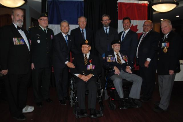 Sur la photo, entourant les deux vétérans Albert...