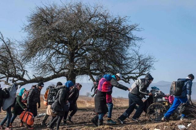 Des migrants marchent, en Serbie, après avoir traversé... (Phtoo ARMEND NIMANI, AFP)