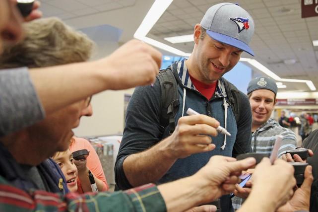 John Scott a fait plaisir à plusieurs fans... (AFP, Bruce Bennett)
