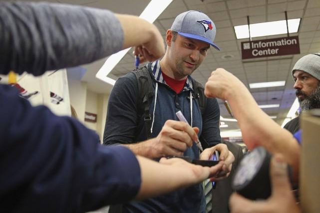 John Scott est accueilli par des fans à... (Bruce Bennett, Getty Images/AFP)