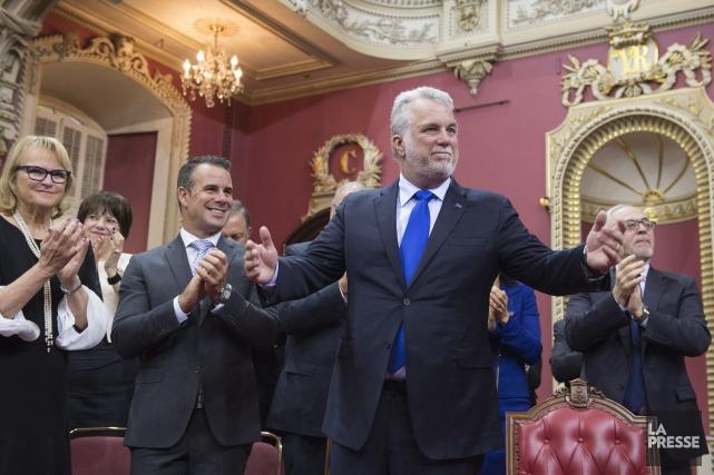 Le premier ministre Philippe Couillard se tient debout... (Jacques Boissinot, PC)
