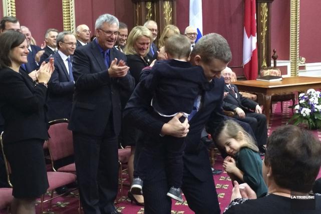 En même temps qu'il réconfortait son fils Raphaël,... (LA TRIBUNE, LUC LAROCHELLE)