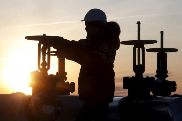Les cours pétroliers ont légèrement baissé mercredi mais, en dépit de l'annonce... (PHOTO ARCHIVES REUTERS)