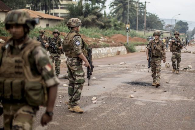 Des soldats français de Sangaris patrouillent à Bangui,... (PHOTO MARCO LONGARI, ARCHIVES AFP)