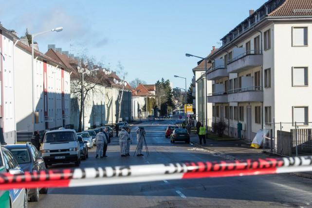 La grenade à main a été lancée par-dessus... (PHOTO PATRICK SEEGER, AFP/DPA)