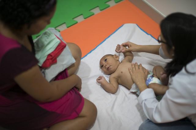 Daniel, le bébé de Jaqueline Vieira (à gauche),... (Photo Felipe Dana, AP)