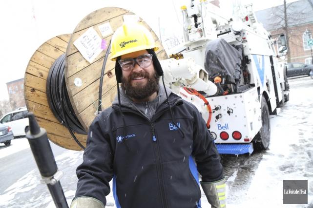 Une cinquantaine de techniciens de Bell s'affaireront au... (Janick Marois, La Voix de l'Est)