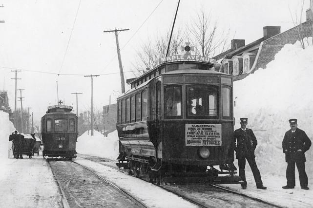 L'avenue des Érables en 1898... (Livernois, Tramway sur l'avenue Maple, Québec, MP-0000.2207, ©Musée McCord)