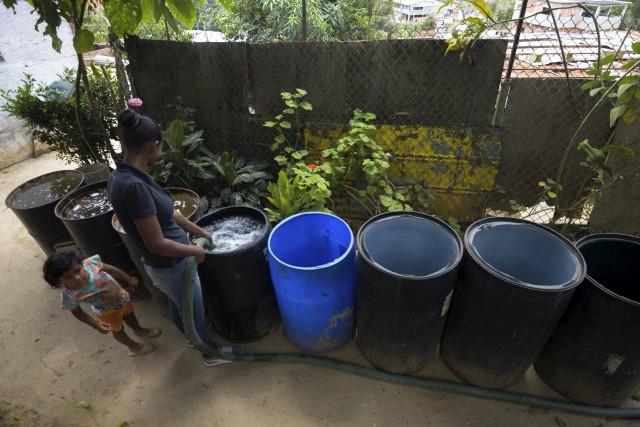 L'obligation qu'ont les Vénézuéliens de stocker leur eau,... (AFP, Federico Parra)