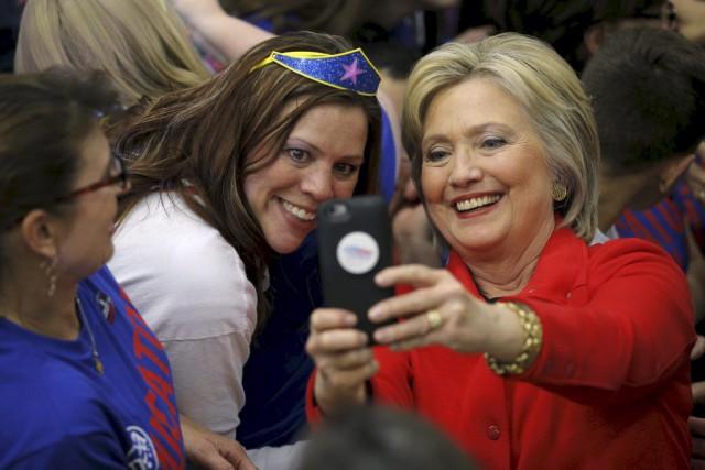 Hillary Clinton prend une photo en compagnie d'une... (PHOTO BRIAN SNYDER, REUTERS)