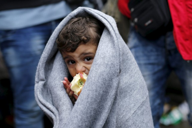 Un enfant mange une pomme en attendant de... (PHOTO ANTONIO BRONIC, ARCHIVES REUTERS)
