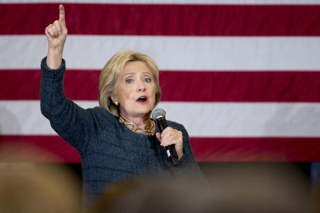 La démocrate Hillary Clinton, après une entrée triomphale... (AP, Andrew Harnik)