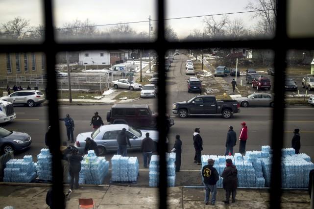 La distribution d'eau en bouteille est nécessaire à... (AP, Jake May)