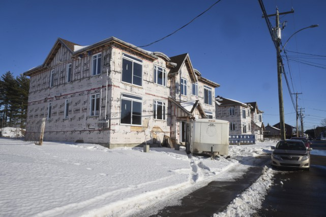 Certains condos ou appartements inachevés de la rue... (François Gervais)