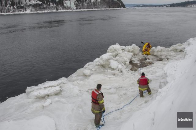 Les pompiers de Saguenay ont scruté les berges... (Photo Le Quotidien, Michel Tremblay)