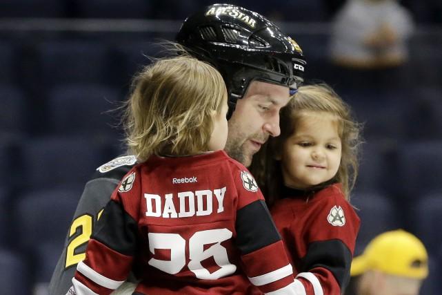 John Scott a patiné avec ses deux petites... (AP, Mark Zaleski)