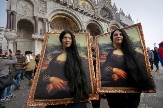Des milliers de fêtards déguisés, leurs masques et... (Associated Press, Domenico Stinellis)