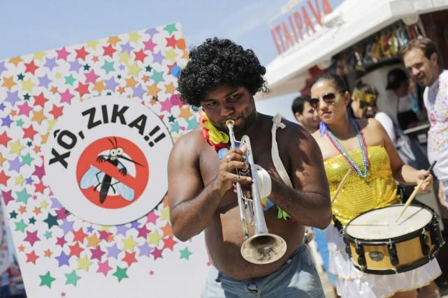 Des musiciens jouent un air de samba lors... (PHOTO SILVIA IZQUIERDO, AP)